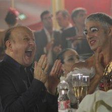 Matrimonio a Parigi: Massimo Boldi e Biagio Izzo se la ridono in una scena del film