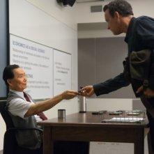 Tom Hanks e George Takei in una scena di L'amore all'improvviso - Larry Crowne