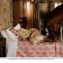 War Horse: Celine Buckens insieme a Joey in una scena del film diretto da Steven Spielberg
