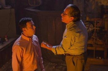 Colin Hanks ed Edward James Olmos nell'episodio Once Upon a Time della sesta stagione di Dexter