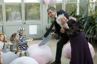 Rowan Atkinson in una bizzarra scena di Johnny English: La Rinascita
