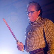 Un minaccioso Edward James Olmos nell'episodio Once Upon a Time della sesta stagione di Dexter