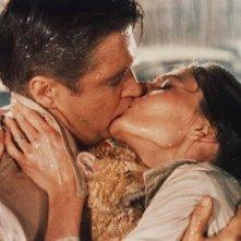 Audrey Hepburn e George Peppard si baciano appassionatamente in Colazione da Tiffany