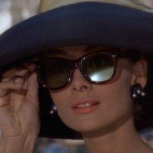 Audrey Hepburn elegantissima in una scena di Colazione da Tiffany
