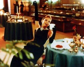 Audrey Hepburn splendida in una scena di Colazione da Tiffany