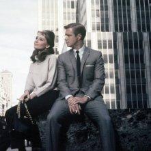 Colazione da Tiffany: Audrey Hepburn insieme a George Peppard in una celeberrima scena del film