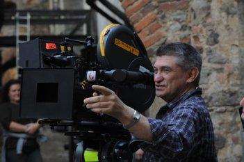 Il regista Aleksandr Sokurov dietro la macchina da presa sul set di Faust