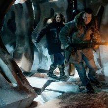 La Cosa: Mary Elizabeth Winstead con Joel Edgerton in una scena