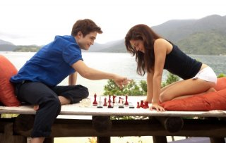 Robert Pattinson e Kristen Stewart giocano a scacchi in una scena di The Twilight Saga: Breaking Dawn - Parte I