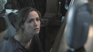 Rose Byrne è Renai in una scena dell'horror Insidious