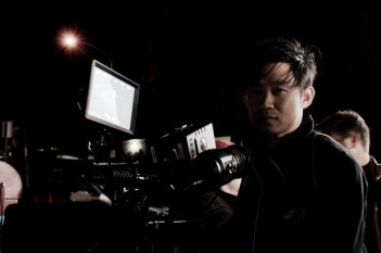 Un'immagine di James Wan sul set di Insidious