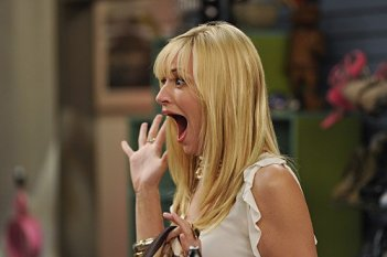 Beth Behrs, la bionda protagonista di Two Broke Girls nell'episodio And Strokes of Good Will