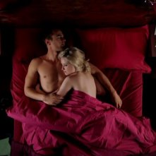 I fantasmi di Bedlam: Theo James con Lily Loveless nell'episodio Inmates della prima stagione