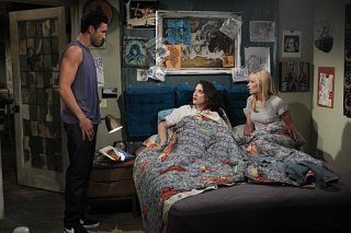 Kat Dennings, Beth Behrs e Noah Mills nell'episodio And The Break-Up Sc di Two Broke Girls