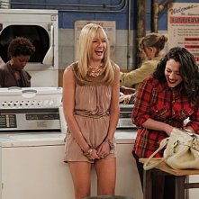 Kat Dennings e Beth Behrs in una divterente scena dell'episodio And the '90s Horse Party di Two Broke Girls