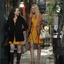 Kat Dennings e Beth Behrs in una scena del pilot di Two Broke Girls