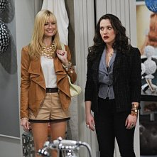 Kat Dennings e Beth Behrs in una scena dell'episodio And the Rich People Problems di Two Broke Girls