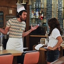 Kat Dennings e Jonathan Kite nell'episodio And Strokes of Good Will di Two Broke Girls