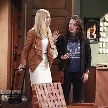 Two Broke Girls: Kat Dennings e Beth Behrs in una scena del pilot