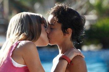Un bacio tra Oscar Casas e Carla Campra in El sueño de Iván