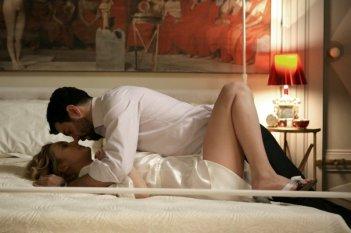 Carolina Crescentini in una scena d'amore con Pierfrancesco Favino tratta da L'industriale