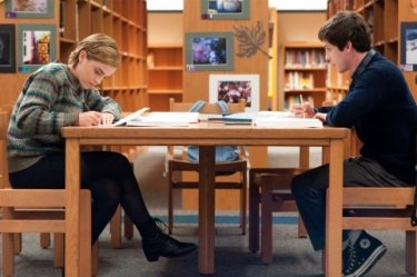 Emma Watson e Logan Lerman studiano in una scena di The Perks of Being A Wallflower