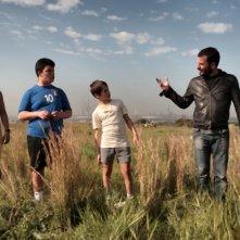 Il cast de Il paese delle spose infelici sul set del film insieme al regista Pippo Mezzapesa