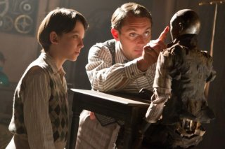 Jude Law e Asa Butterfield sono padre e figlio in una scena di Hugo Cabret 3D