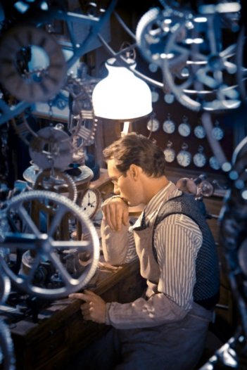 Jude Law pensieroso in una scena di Hugo Cabret 3D