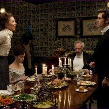 Maggie Gyllenhaal insieme a Hugh Dancy, Felicity Jones e Jonathan Pryce in una scena di Hysteria