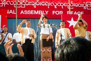 Michelle Yeoh in una scena del biopic The Lady incentrato sulla vita della pacifista Aung San Suu Kyi