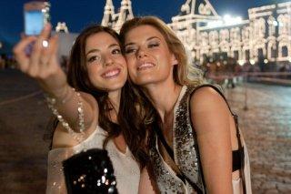 Rachel Taylor e Olivia Thirlby con sullo sfondo Mosca in festa ne L'ora nera