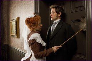 Sheridan Smith cerca di sedurre Hugh Dancy in una scena di Hysteria