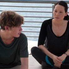 Toby Regbo e Lucy Liu in una scena di Un giorno questo dolore ti sarà utile