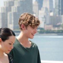 Toby Regbo insieme a Lucy Liu in una scena del film Un giorno questo dolore ti sarà utile