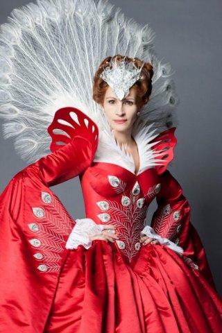 Una spettacolare e bellissima regina cattiva interpretata da Julia Roberts in un'immagine promozionale di The Brothers Grimm: Snow White