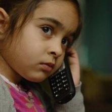 La piccola Mercan Türkoglu al telefono nel film Dreiviertelmond