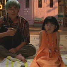 Ryu guarda la televisione con la sorellina in una scena di Mr. Vendetta