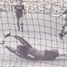 Agostino Di Bartolomei in uno dei suoi gol con la maglia della Roma in un frammento del documentario 11 metri