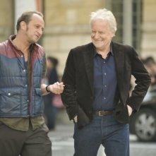 Benoît Poelvoorde in una scena di Mon pire cauchemar insieme ad André Dussollier