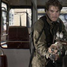 Emile Hirsch imbraccia un megafucile per distruggere il nemico in una scena del thriller L'ora nera