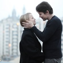 Ethan Hawke in una scena di The Woman in the Fifth insieme a Joanna Kulig