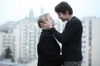 Ethan Hawke in una scena di The Woman in the Fifth insieme a Joanna Kulig