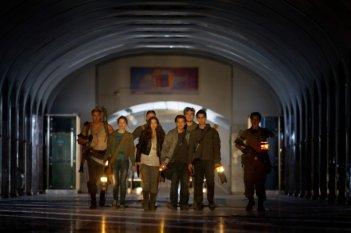 I cinque protagonisti de L'ora nera 3D in una scena del film sotto il tunnel della metropolitana di Mosca