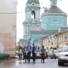Il giovane cast de L'ora nera 3D in una suggestiva immagine del film ambientato a Mosca