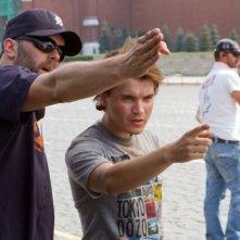 Il regista Chris Gorak insieme a Emile Hirsch a Mosca sul set de L'ora nera 3D