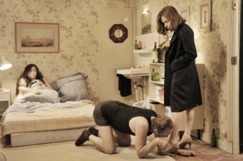 Isabelle Huppert e Benoît Poelvoorde nei panni di Agathe e Patrick nel film Mon pire cauchemar