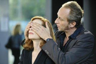 Isabelle Huppert in un'immagine tratta dal film Mon pire cauchemar insieme a Benoît Poelvoorde