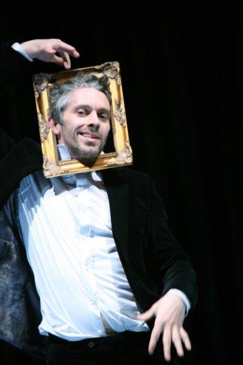 James Thiérrée in una scena del film drammatico Voyez comme ils dansent