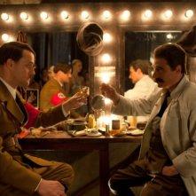 Jürgen Vogel vestito da Hitler e Michael Herbig vestito da Stalin in una scena di Hotel Lux